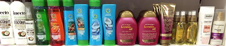 Regal Shampoos (Bild: Lisa Payreder)